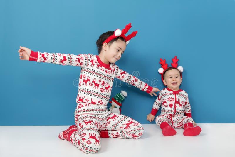 Lyckliga härliga barn i julpyjamas Semestra tradition arkivfoto