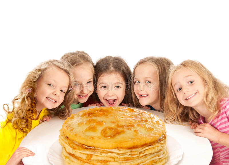 Lyckliga härliga barn med pannkakor arkivfoto