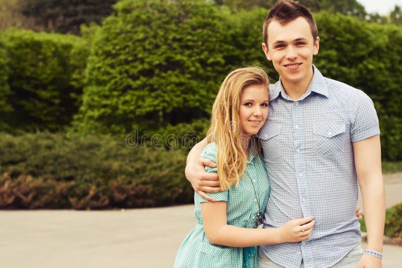 Lyckliga härliga par på ett datum royaltyfri bild