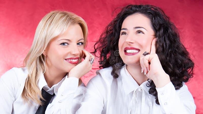Lyckliga härliga unga kvinnor som skrattar och poserar arkivbilder