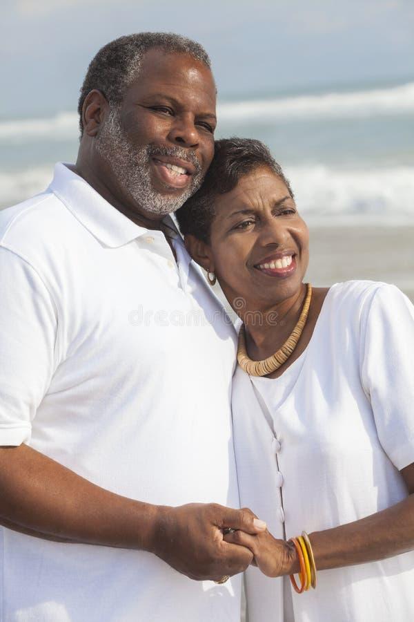 Lyckliga höga afrikansk amerikanpar på strand royaltyfri bild