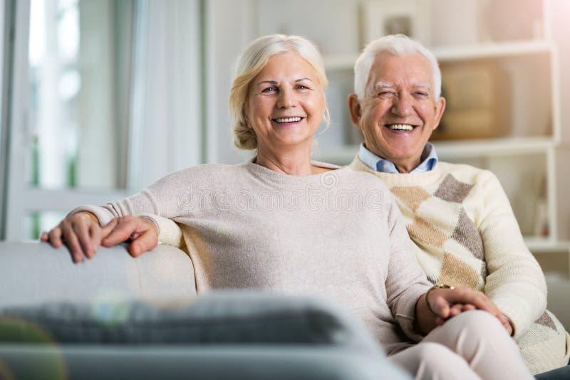 Lyckliga höga par hemma royaltyfri foto