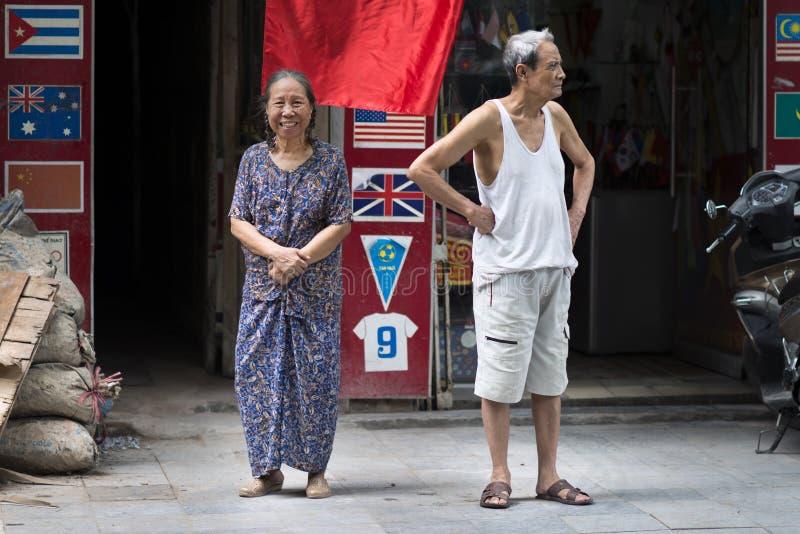 Lyckliga höga par i en gata av Hanoi Asiatisk gamling, förhållande och äldre begrepp Hanoi tävlar arkivfoto