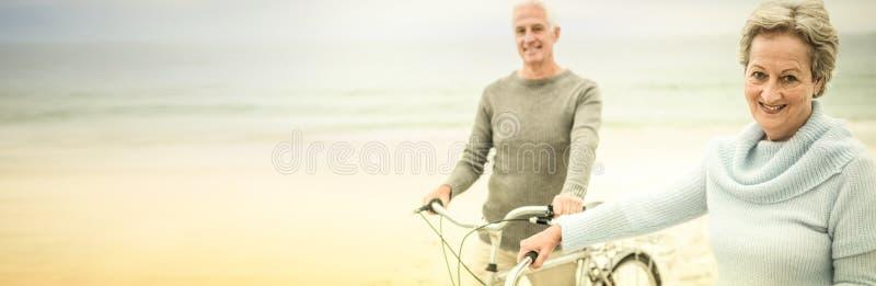 Lyckliga höga par med deras cykel royaltyfri fotografi