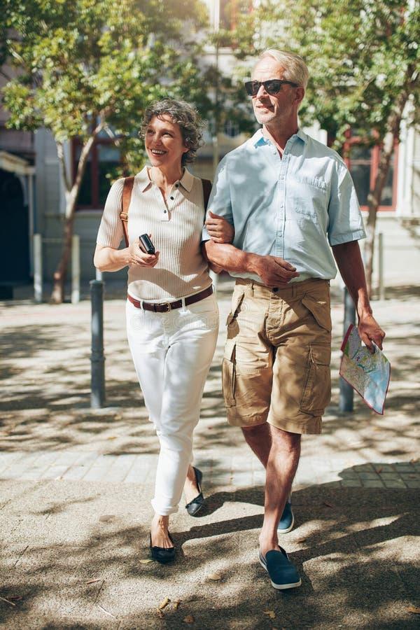 Lyckliga höga par på en semester arkivbilder