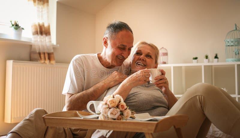 Lyckliga höga par på morgonen arkivfoto