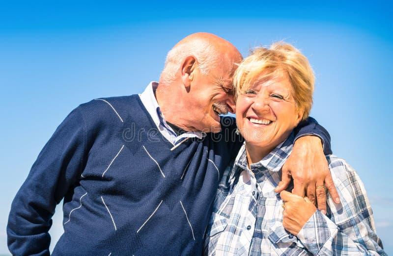 Lyckliga höga par som är förälskade på avgången - glad äldre livsstil arkivbilder