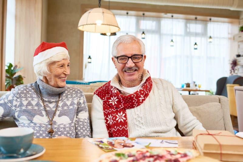 Lyckliga höga par som firar jul royaltyfri foto