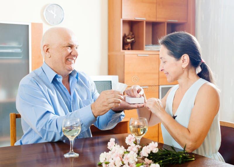 Lyckliga höga par som har det romantiska datumet arkivfoton