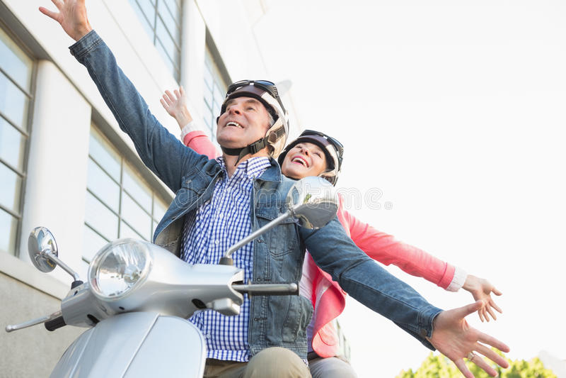Lyckliga höga par som rider vara nedstämd arkivfoton