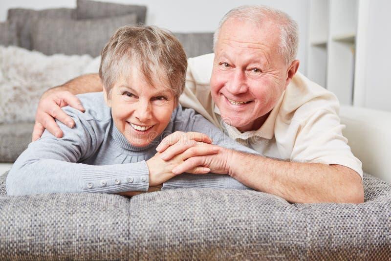 Lyckliga höga par tillsammans arkivbild