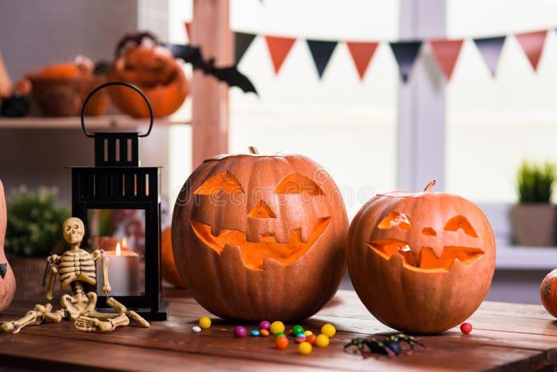lyckliga halloween Bakgrund framme av ett fönster med pumpor, royaltyfri bild
