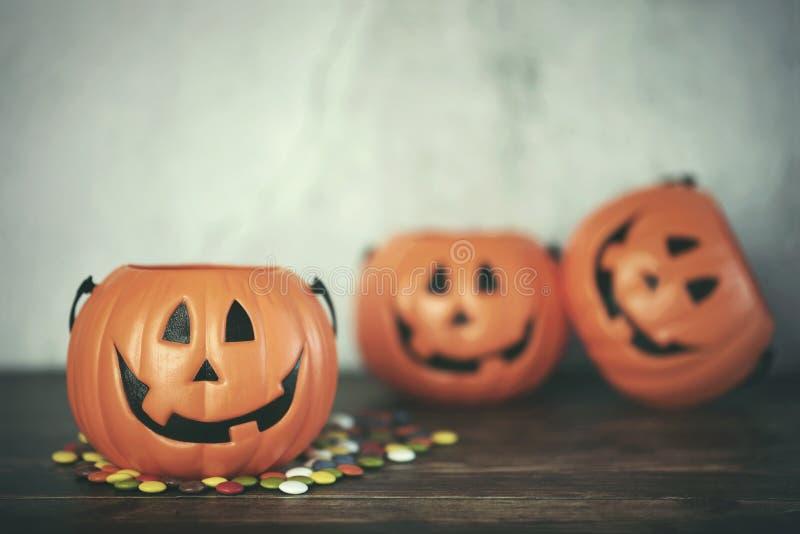 lyckliga halloween. Halloween-pumpa med färggranulat arkivfoto