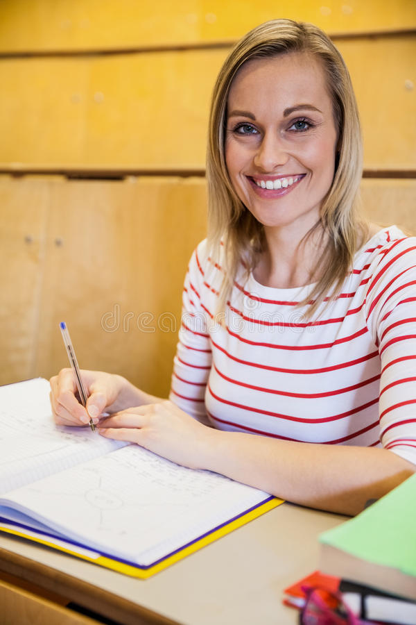 lyckliga handstilanmärkningar för kvinnlig student arkivbilder