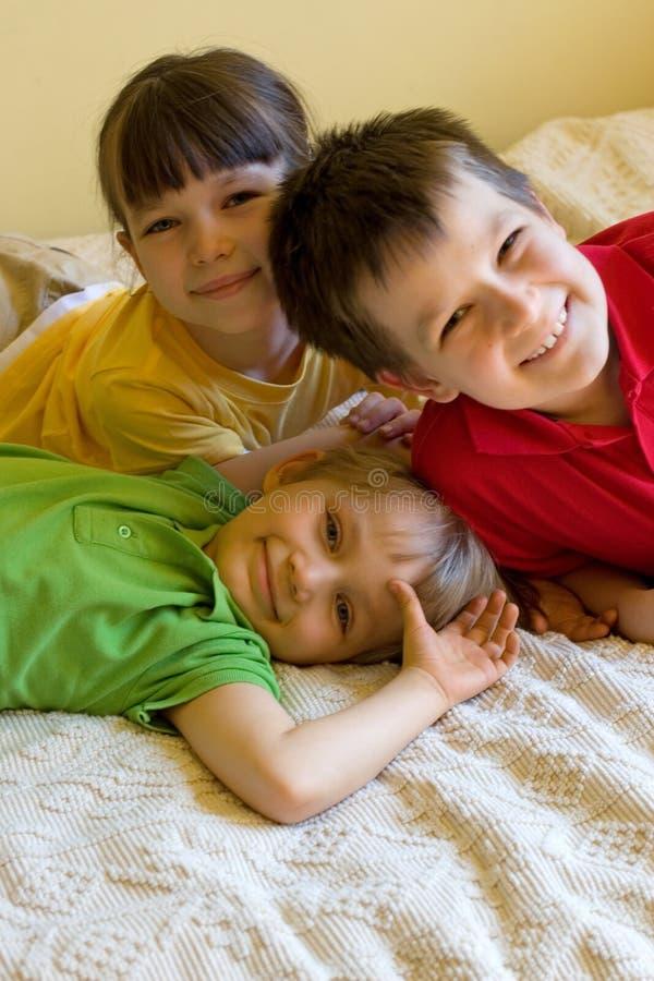 lyckliga home ungar arkivbild