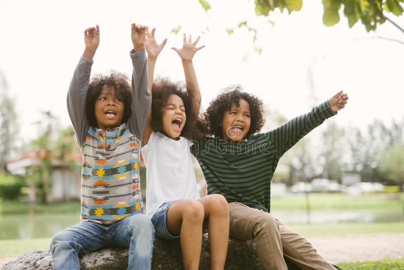 Lyckliga joyfully gladlynta barn f?r afrikansk amerikanpysungar och skratta Begrepp av lycka royaltyfri bild