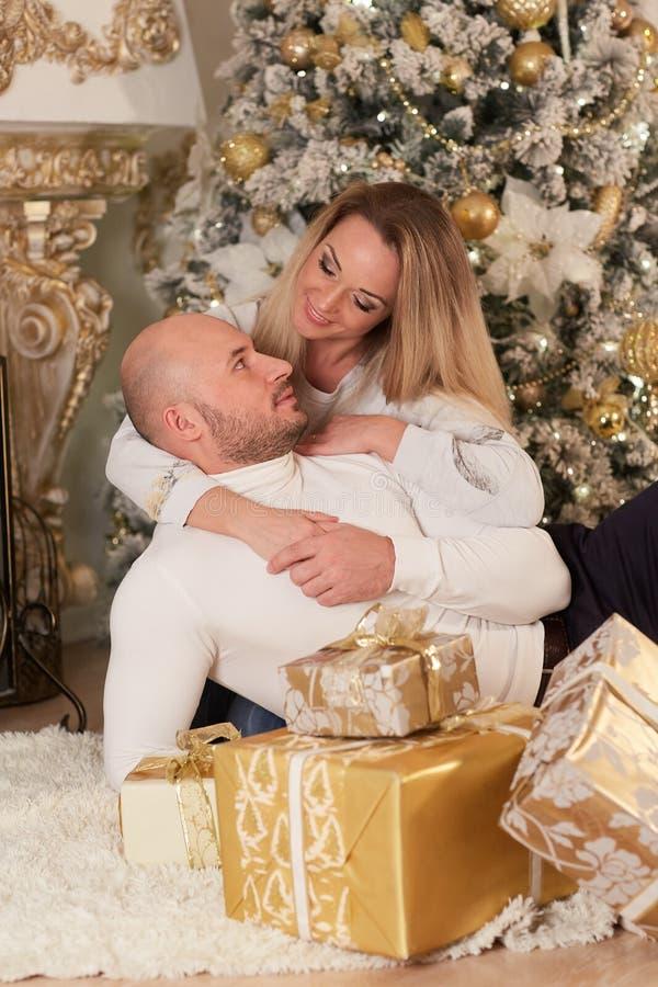 lyckliga julfamiljgåvor royaltyfria foton