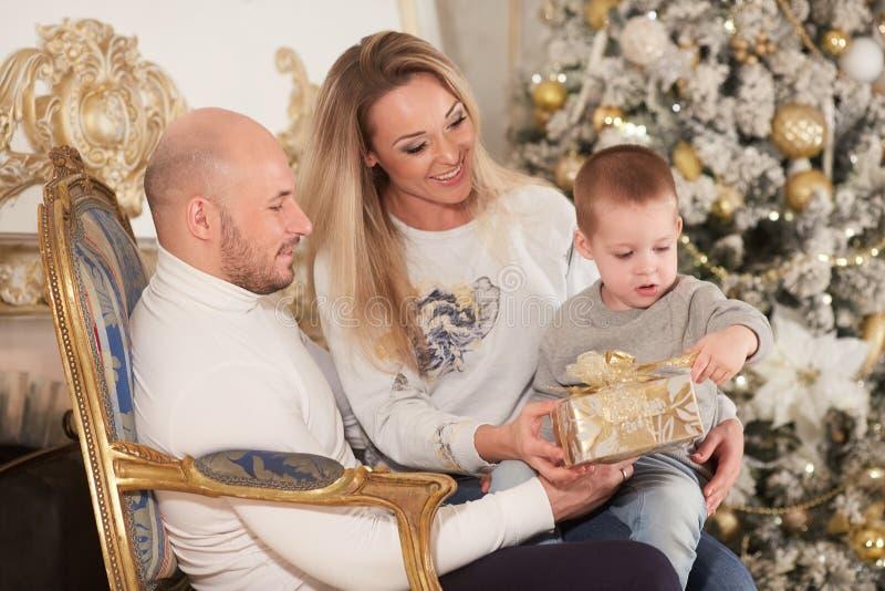 lyckliga julfamiljgåvor arkivfoto