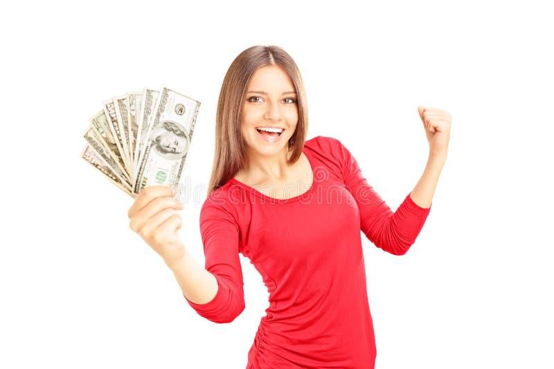 Lyckliga kvinnliga hållande US dollar och göra en gestlycka royaltyfri fotografi