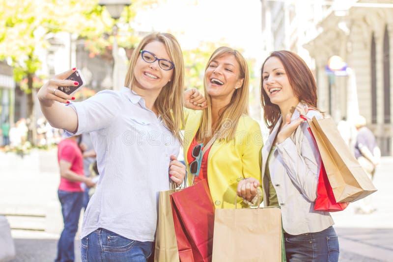 Lyckliga kvinnliga vänner som tar Selfie arkivbild