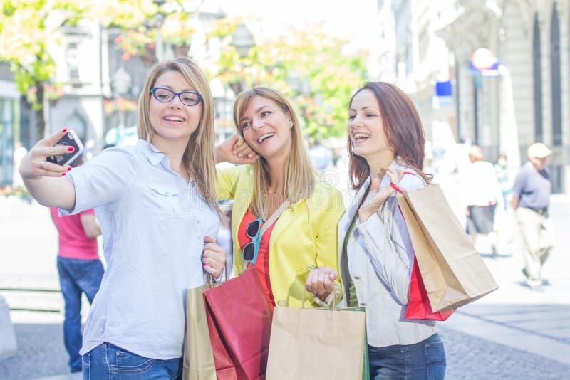Lyckliga kvinnliga vänner som tar Selfie royaltyfria bilder