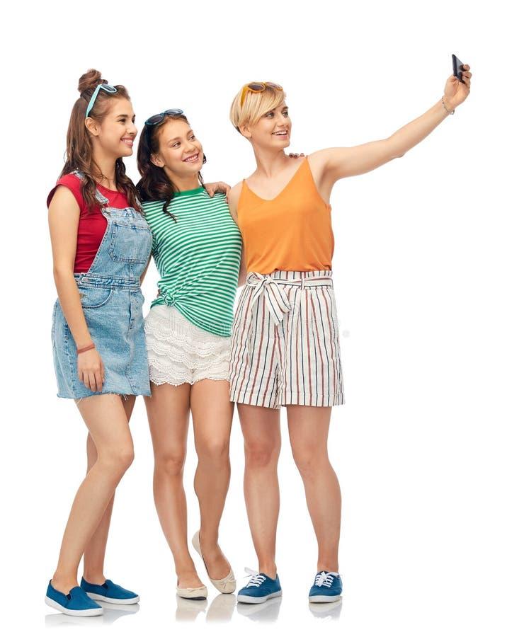 Lyckliga kvinnliga vänner som tar selfie vid smartphonen royaltyfria bilder