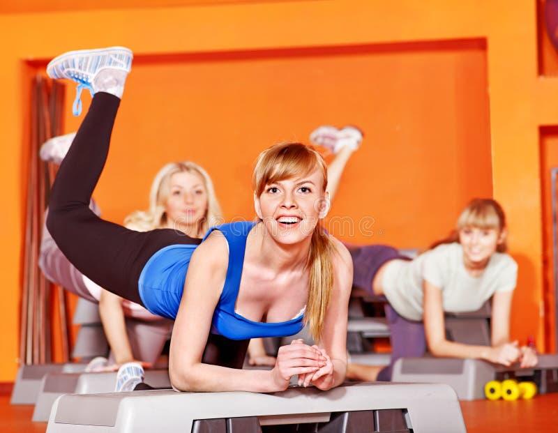 Lyckliga kvinnor i aerobicsgrupp. royaltyfri foto