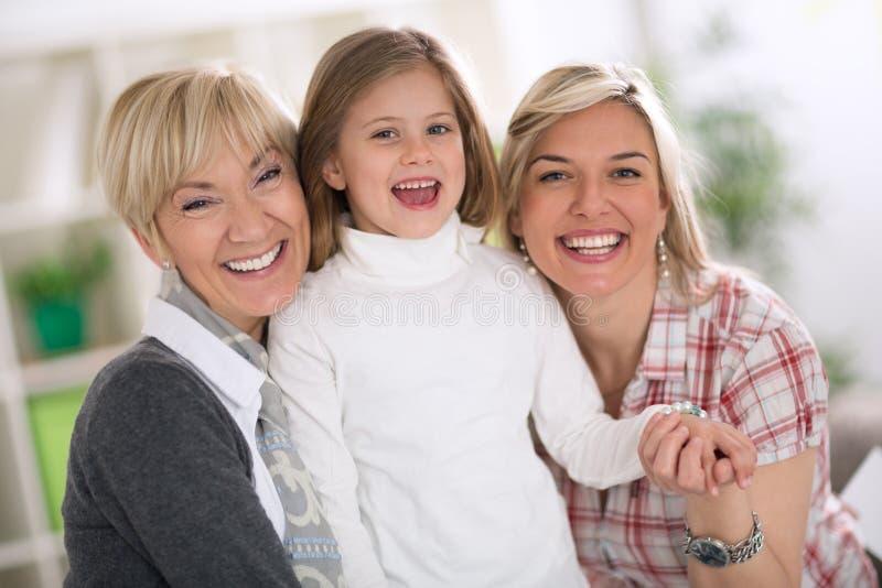 Lyckliga kvinnor med liten flicka royaltyfri fotografi
