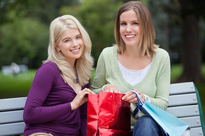 Lyckliga kvinnor med shoppingpåsar fotografering för bildbyråer