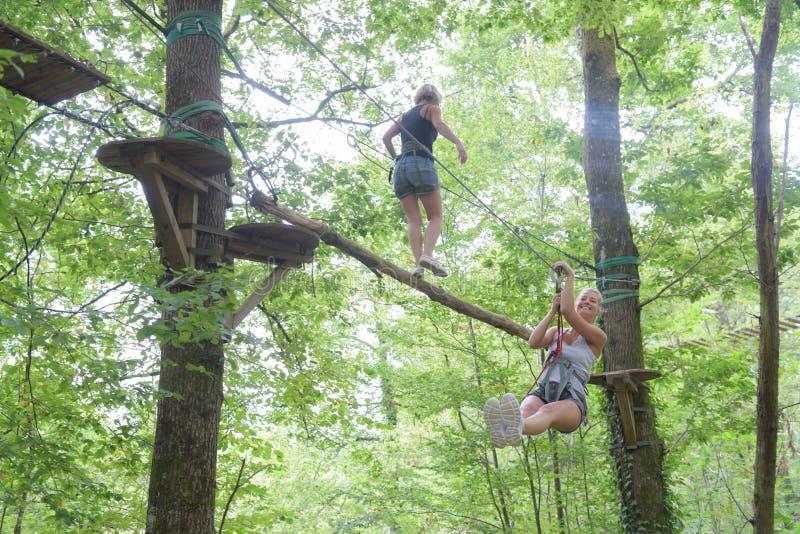 Lyckliga kvinnor på det extrema repet parkerar royaltyfri fotografi