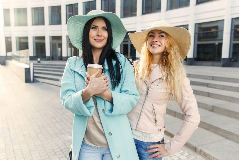 Lyckliga långhåriga flickor i hattar royaltyfria bilder