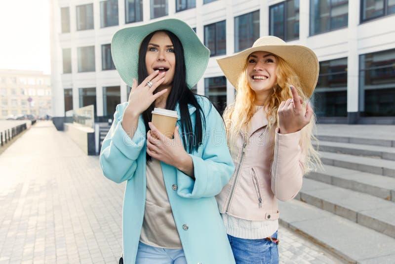 Lyckliga långhåriga kvinnor i hattar arkivfoton