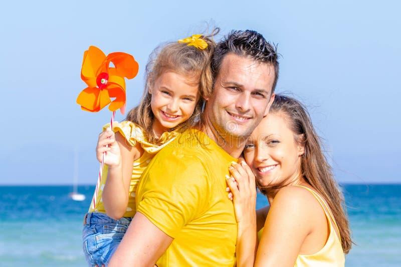 Lyckliga le familjsemestrar arkivfoto
