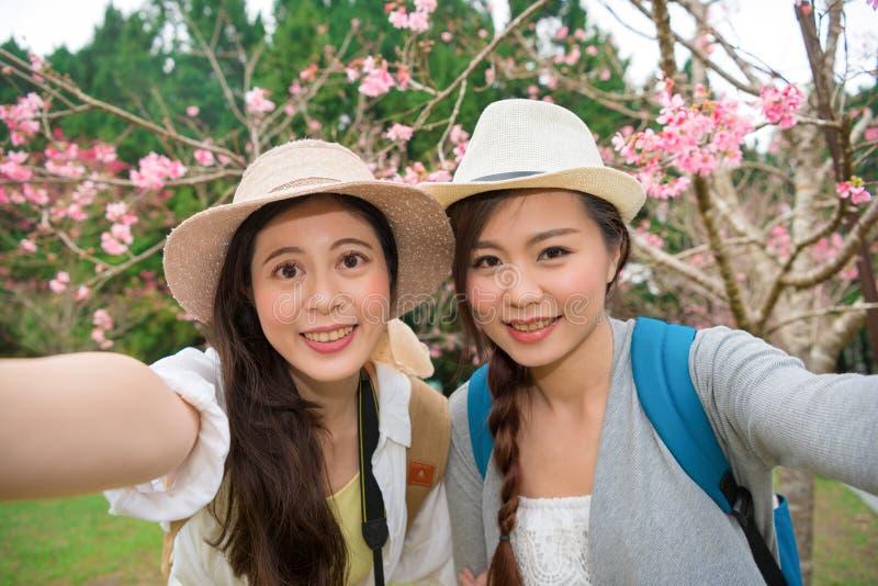 Lyckliga le flickvänner som tar fotoselfie royaltyfria foton