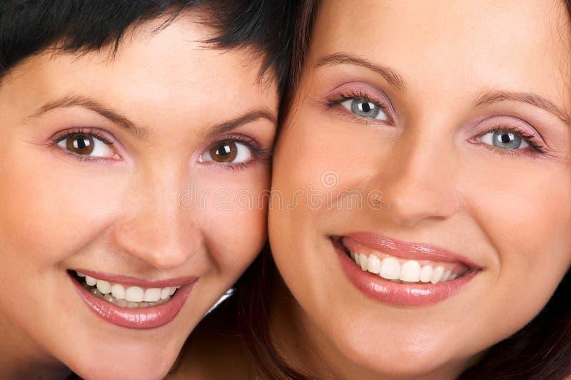 lyckliga le kvinnor arkivbilder