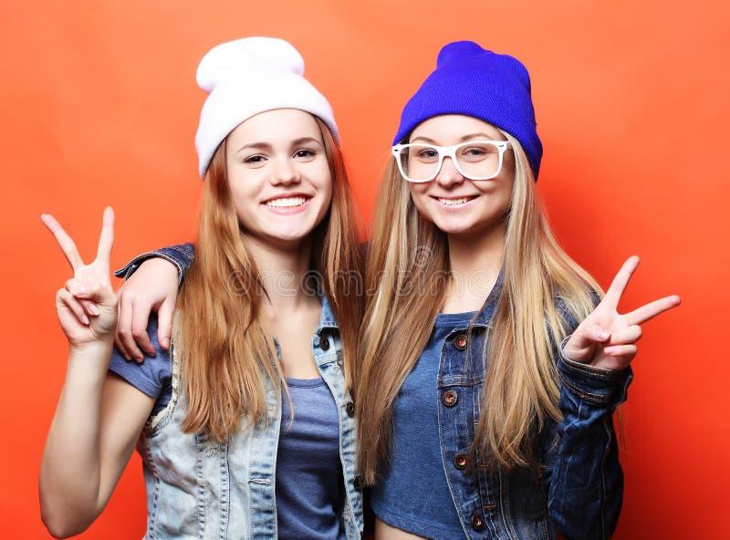 lyckliga le nätta tonårs- flickor eller vänkrama och showi royaltyfri foto