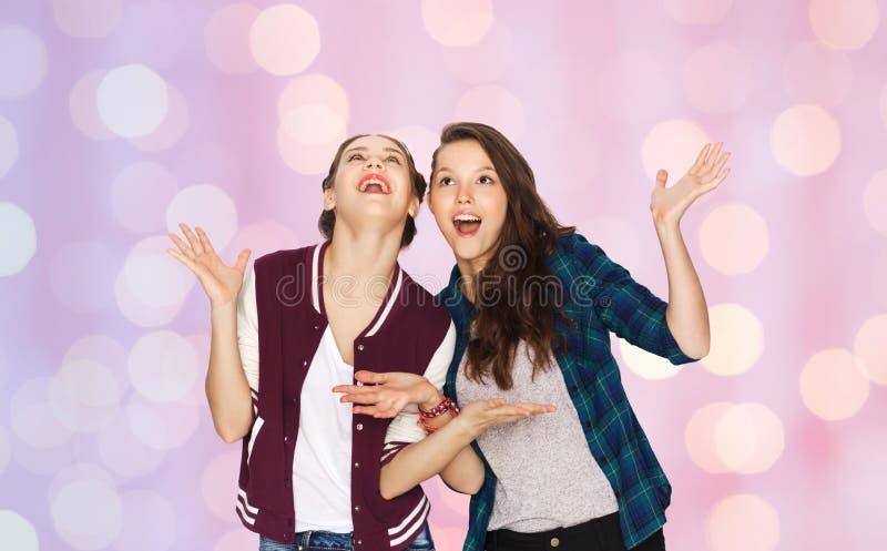 Lyckliga le nätta tonårs- flickor som har gyckel royaltyfri fotografi