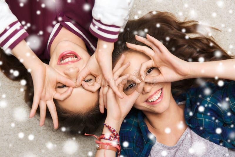 Lyckliga le nätta tonårs- flickor som har gyckel royaltyfria foton