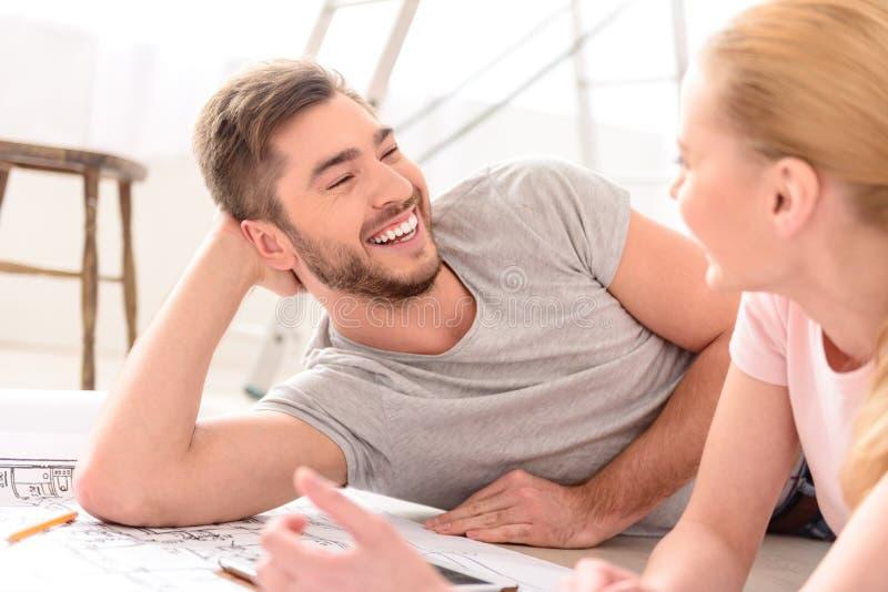Lyckliga le par i deras nya hem arkivbild