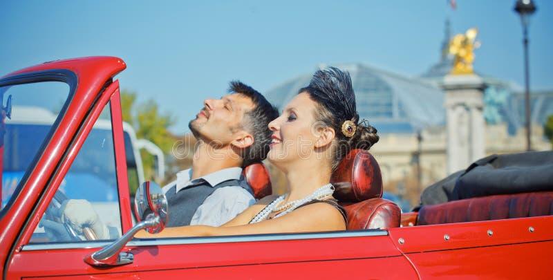 Lyckliga le par i en bil. Roman i Paris. arkivfoton