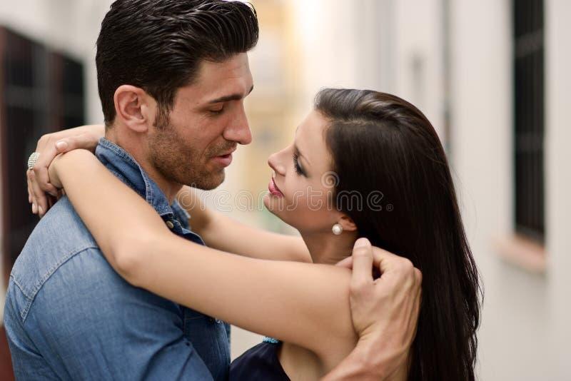 Lyckliga le par i stads- bakgrund royaltyfri fotografi