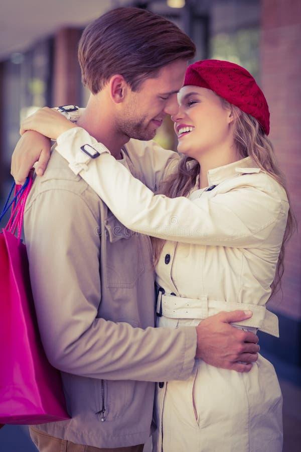 Lyckliga le par omkring som ska kyssas arkivfoto