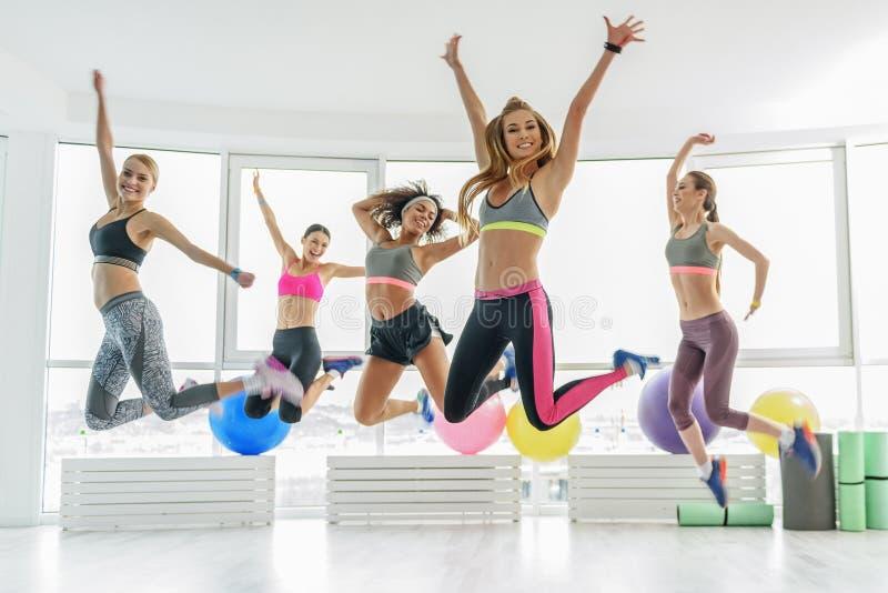 Lyckliga le sportive unga kvinnor royaltyfri fotografi