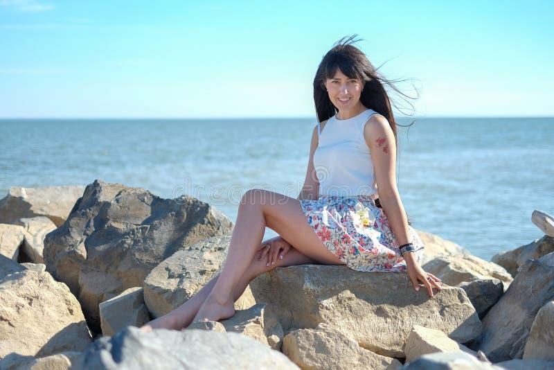 Lyckliga le unga kvinnor på havsbakgrunden royaltyfri bild