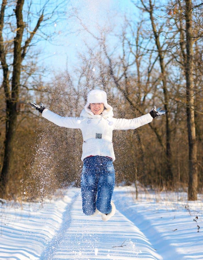 Lyckliga lekar för ung kvinna med snö arkivbilder