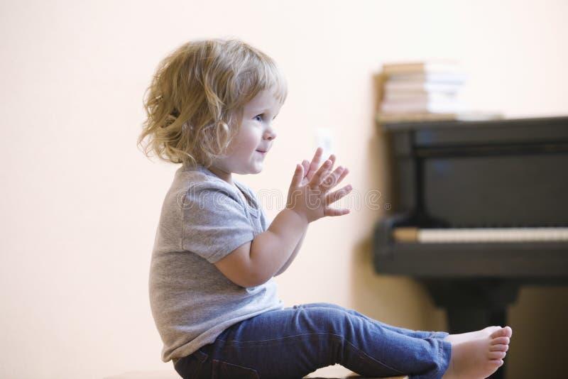 Lyckliga Little Boy som hemma applåderar royaltyfri fotografi