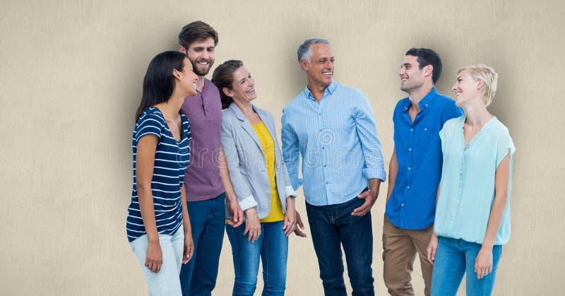 Lyckliga män och kvinnor som står över kulör bakgrund arkivbild