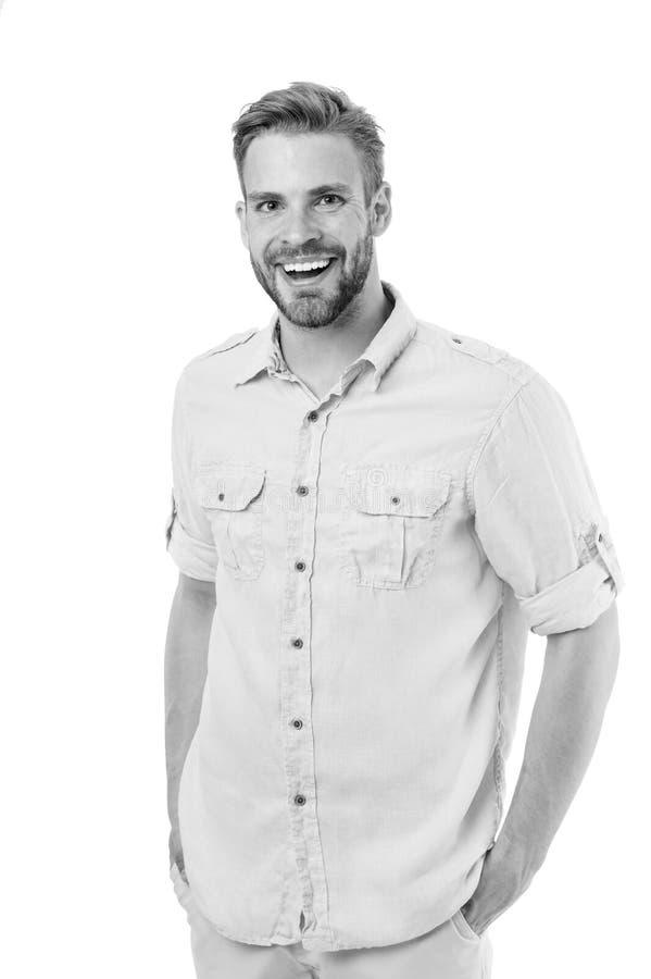 Lyckliga manhållhänder i fack på vit bakgrund Skäggig man som ler i skjorta Han fick frankt leende tillfälligt arkivbild