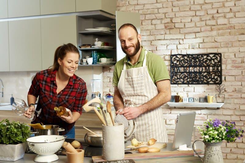 lyckliga matlagningpar tillsammans arkivbilder