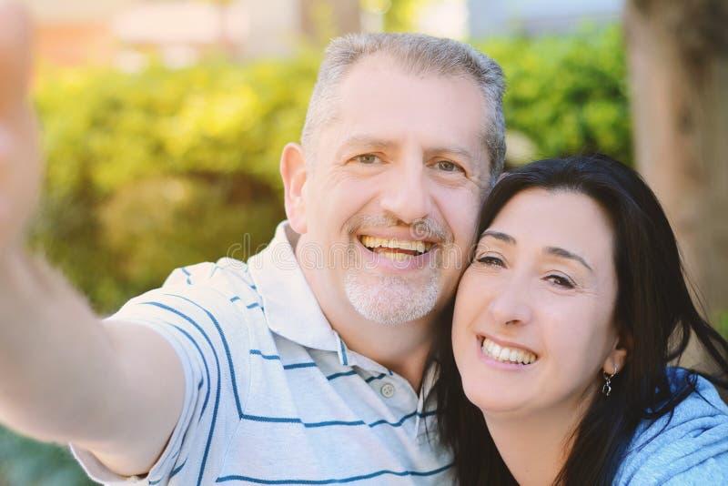 Lyckliga medelåldersa par som tar selfie royaltyfria bilder
